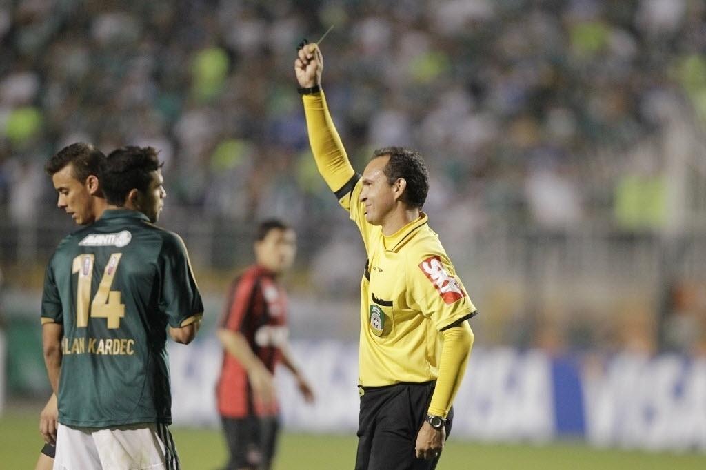 21.08.13 - Alan Kardec, do Palmeiras, recebe cartão amarelo após falta na partida contra Atlético-PR pela Copa do Brasil