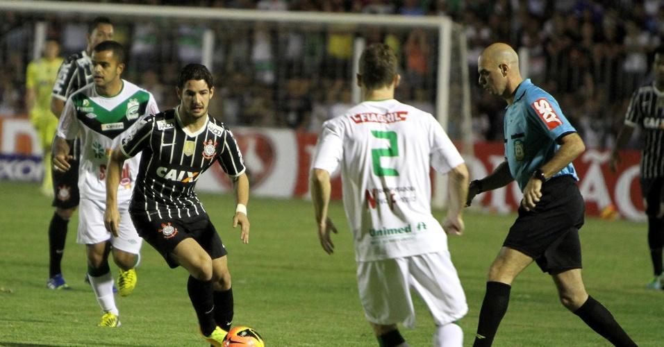21.08.13 - Alexandre Pato tenta fazer jogada para o Corinthians contra o Luverdense pela Copa do Brasil
