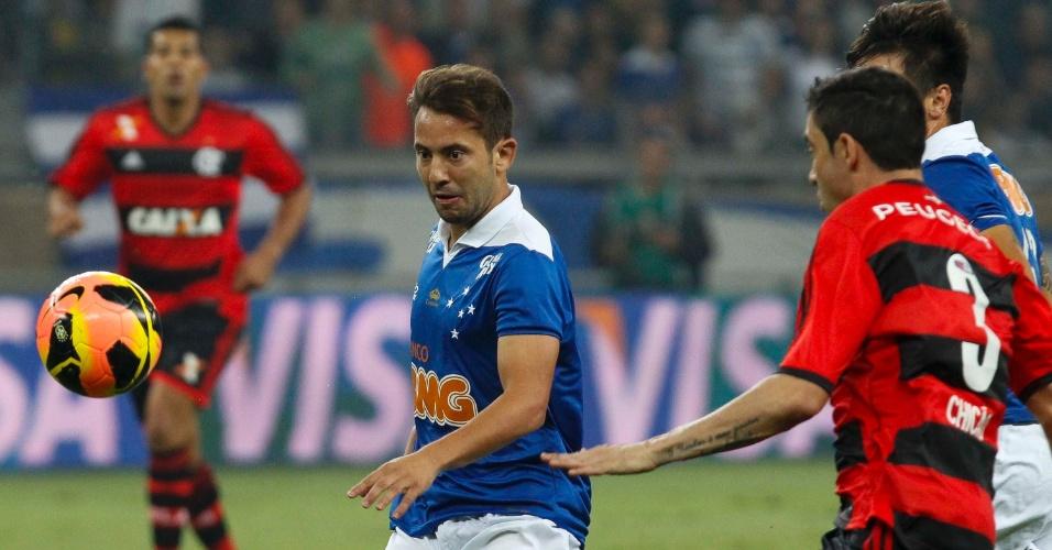 21.08.13 - Everton Ribeiro, do Cruzeiro, é observado por Chicão, do Flamengo, em partida válida pela Copa do Brasil