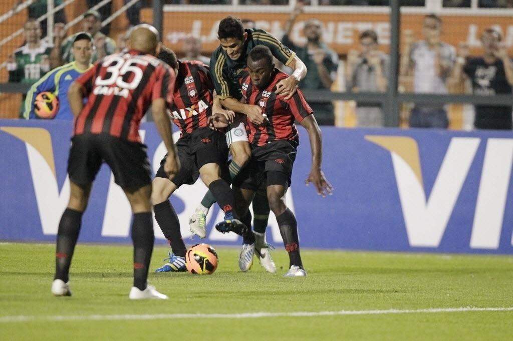 21.08.13 - Jogadores do Atlético-PR evitam a passagem de Alan Kardec na partida do Palmeiras pela Copa do Brasil