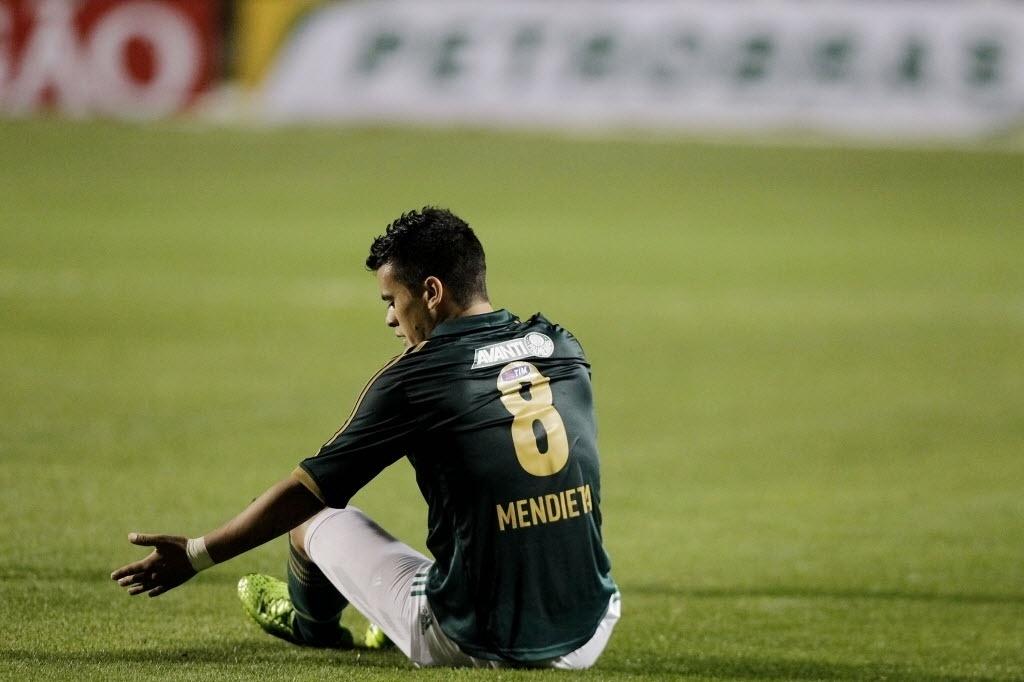 21.08.13 - Mendieta, do Palmeiras, é derrubado em campo na partida contra o Atlético-PR pela Copa do Brasil