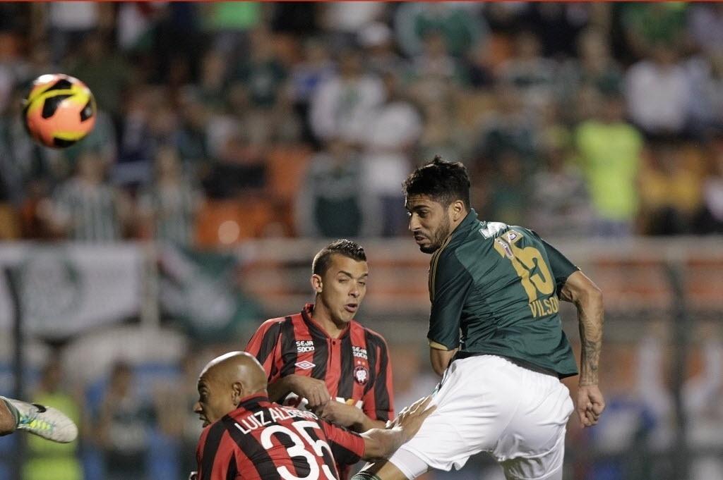 21.08.13 - Vilson cabeceia após cruzamento na área e abre o marcador para o Palmeiras contra o Atlético-PR pela Copa do Brasil