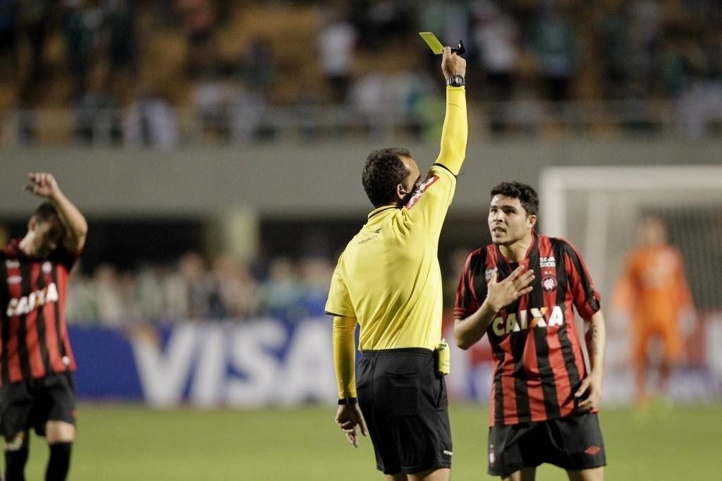 21.08.13 - Zezinho, do Atlético-PR, recebe cartão amarelo após cometer falta na partida contra o Palmeiras na Copa do Brasil