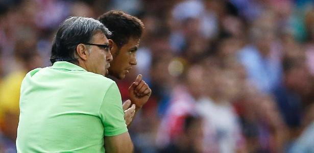Neymar em 2013 ao lado do técnico Tata Martino, então no Barcleona