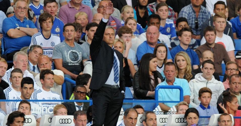 21.ago.2013 - Técnico português José Mourinho orienta o Chelsea durante a partida contra o Aston Villa pelo Campeonato Inglês