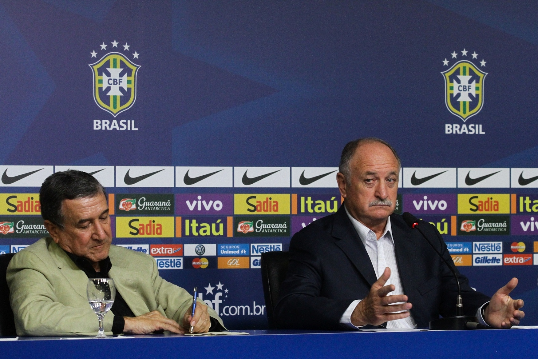 Ao lado de Carlos Alberto Parreira, Luiz Felipe Scolari concedeu entrevista coletiva e divulgou lista de convocados para amistosos da seleção contra Austrália e Portugal
