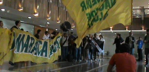 Manifestantes ocupam portaria do prédio em que fica a sede da Odebrecht no Rio de Janeiro