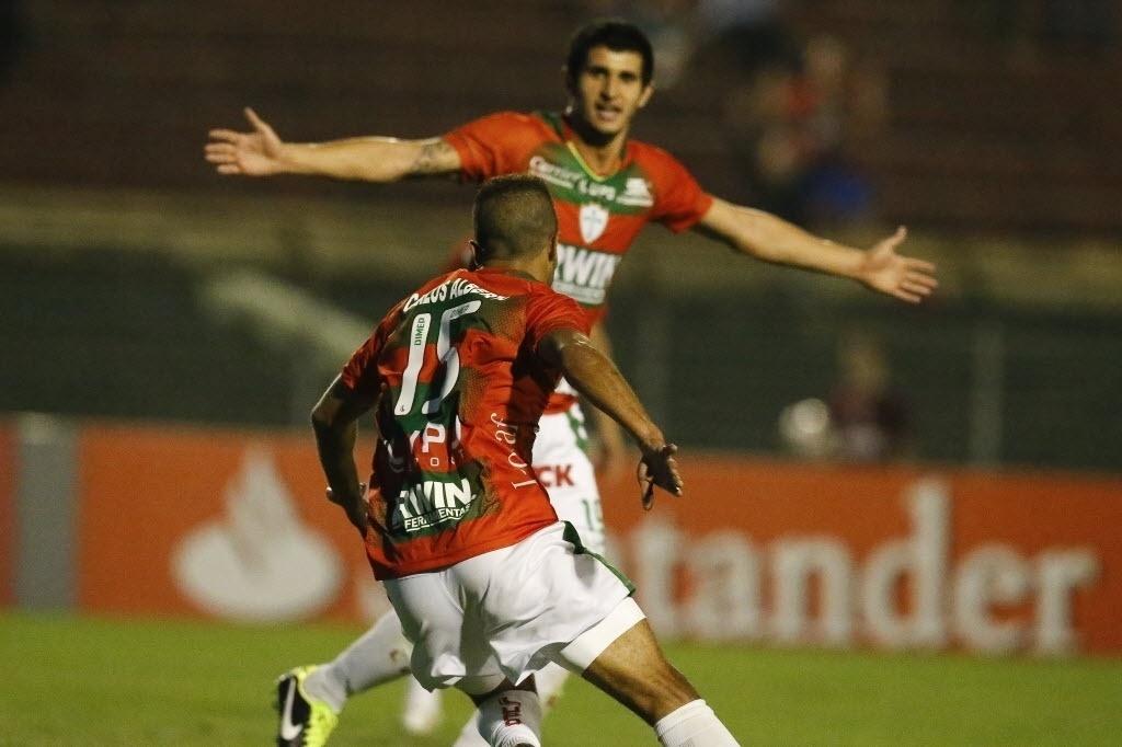 22.ago.2013 - Carlos Alberto corre após marcar para a Portuguesa durante derrota para o Bahia por 2 a 1 no Canindé pela Copa Sul-Americana