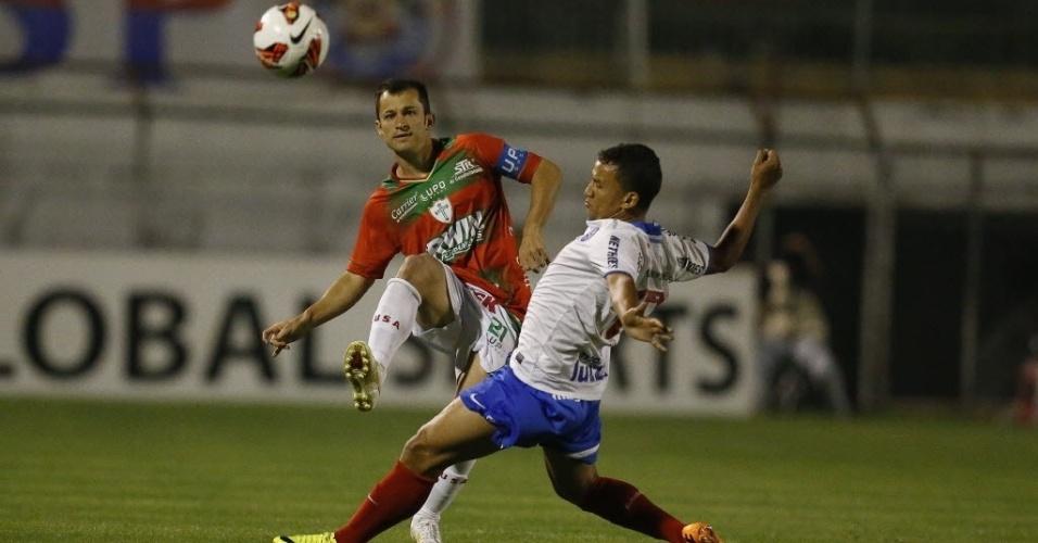 22.ago.2013 - Corrêa tenta jogada para a Portuguesa durante duelo contra o Bahia pela Copa Sul-Americana no Canindé