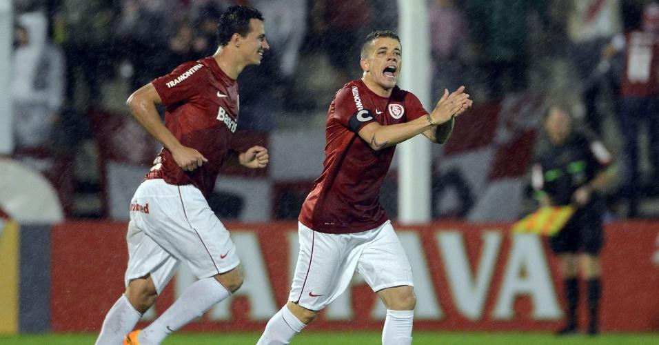 22.ago.2013 - D'Alessandro comemora primeiro gol do Internacional na partida contra o Salgueiro pelas oitavas da Copa do Brasil