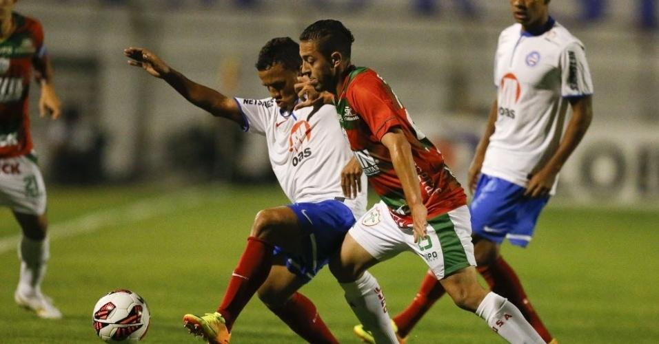 22.ago.2013 - Jean Mota tenta jogada para a Portuguesa durante duelo contra o Bahia pela Copa Sul-Americana no Canindé