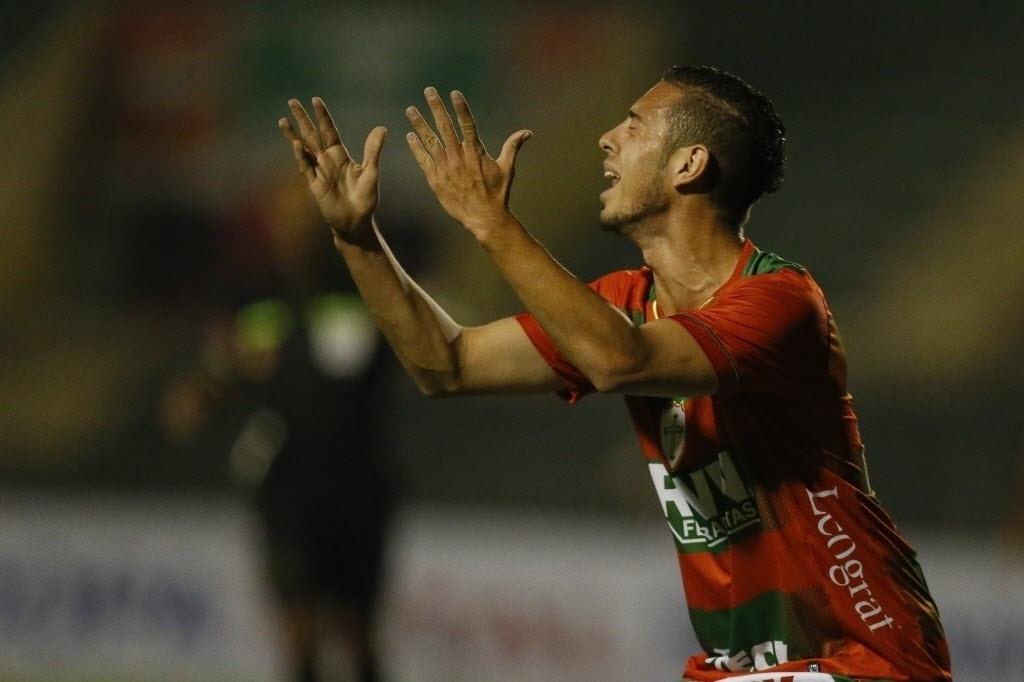 22.ago.2013 - Jogador da Portuguesa lamenta jogada durante duelo contra o Bahia pela Copa Sul-Americana no Canindé