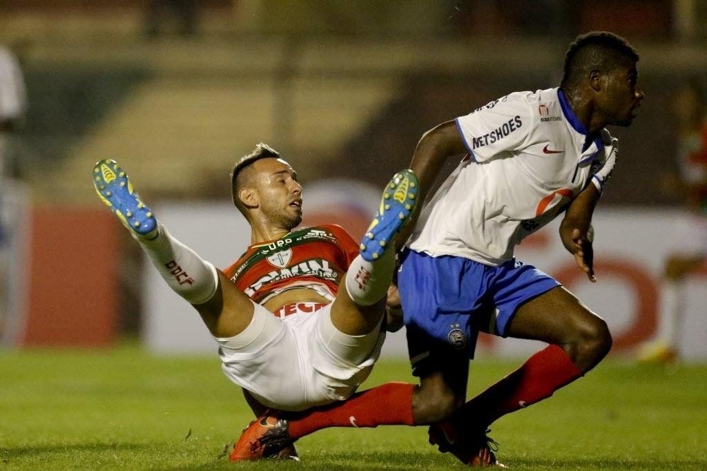 22.ago.2013 - Jogadores de Portuguesa e Bahia disputam a bola durante jogo pela Copa Sul-Americana no Canindé