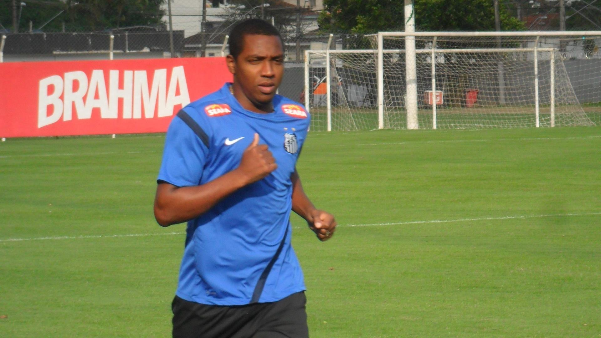 22.ago.2013 - Recém-contratado pelo Santos, volante Renato Abreu corre no gramado do CT Rei Pelé