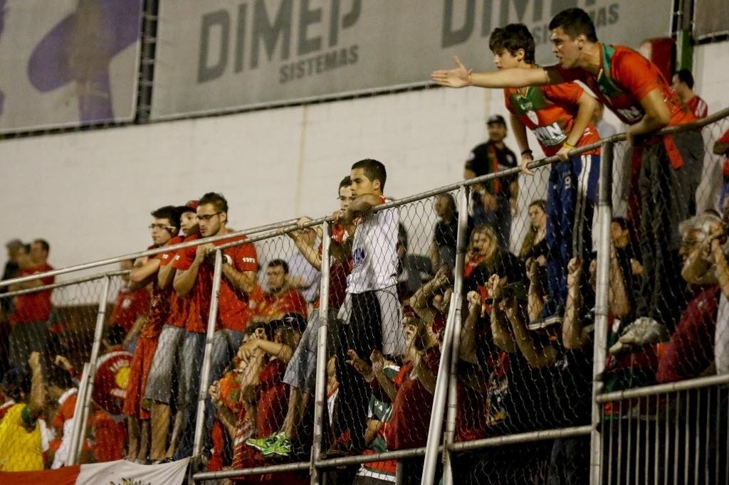 22.ago.2013 - Torcida da Portuguesa se manifesta no Canindé durante jogo contra o Bahia pela Copa Sul-Americana