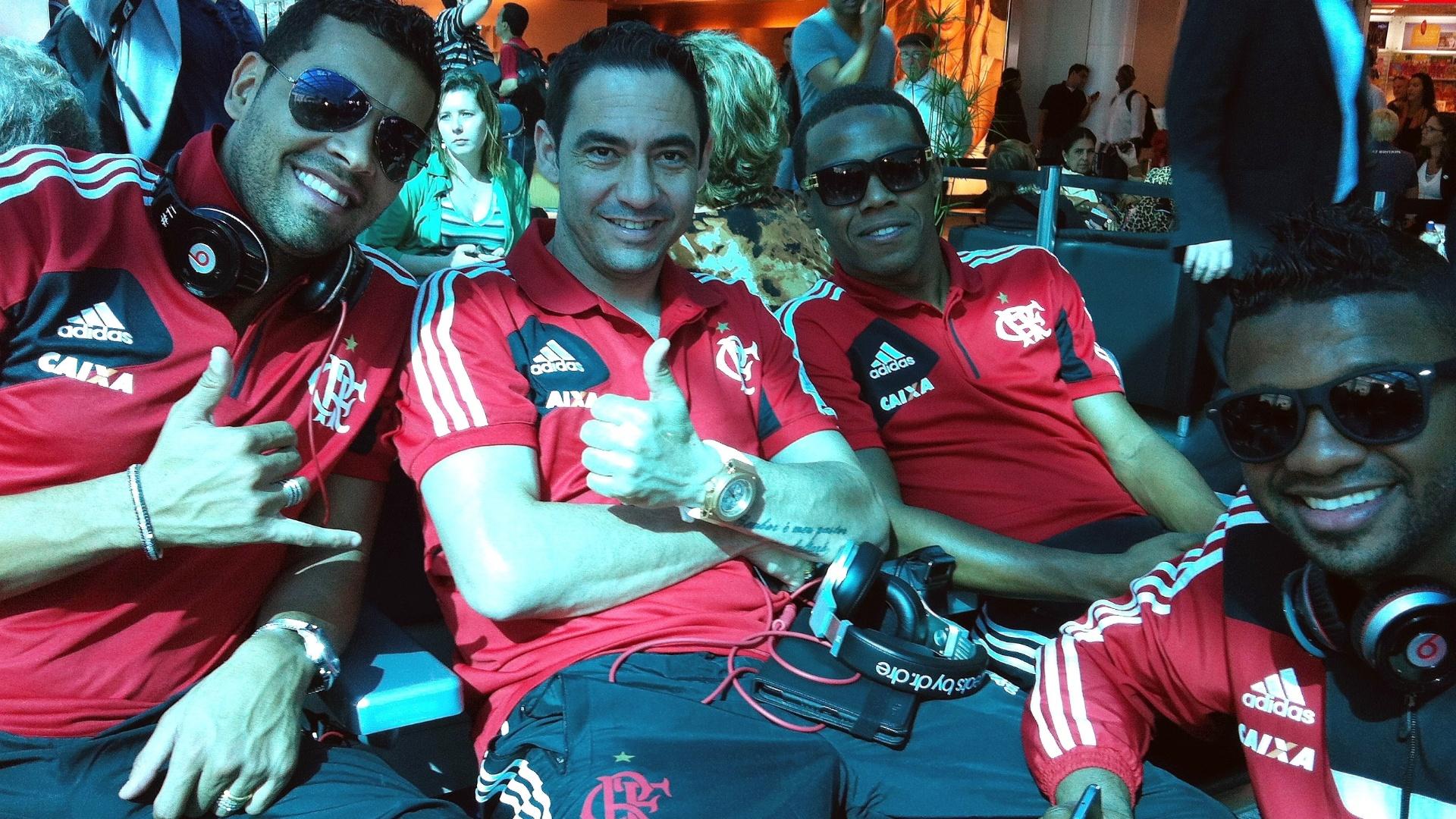 Ex-corintianos André Santos (e), Chicão e Elias posam para foto com goleiro Felipe antes de voo do Flamengo