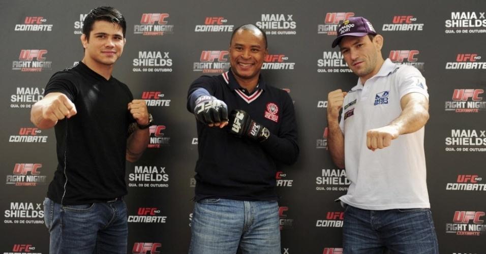 Erick Silva, o secretário de esportes de Barueri Paulo Sérgio e Demian Maia posam para fotos em evento promocional do UFC de 9 de outubro