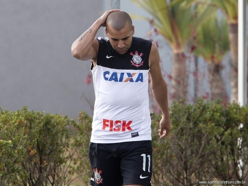 23.08.2013 - Emerson, atacante do Corinthians, caminha com ar cabisbaixo no CT Joaquim Grava após a derrota para o Luverdense