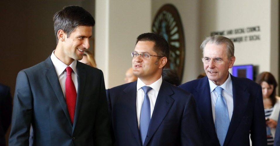 23.ago.2013 - Novak Djokovic caminha ao lado de Vuk Jeremic, presidente da Assembleia Geral da ONU, e de Jacques Rogge, presidente do COI, durante visita à ONU em Nova York