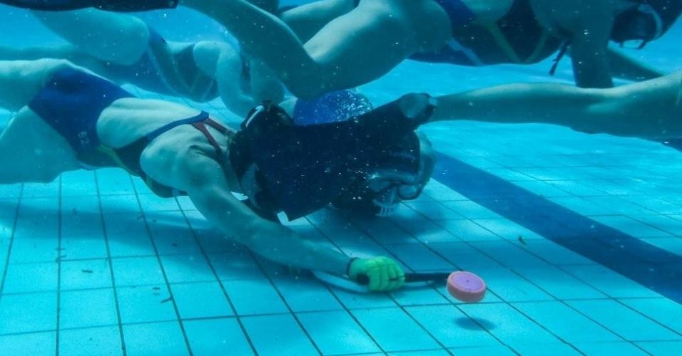As partidas de hóquei subaquático são travadas no fundo de uma piscina de 25m x 15m e até 3,65m de profundidade