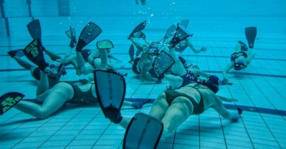 Atletas do hóquei subaquático disputam lance embaixo da piscina no Mundial da modalidade