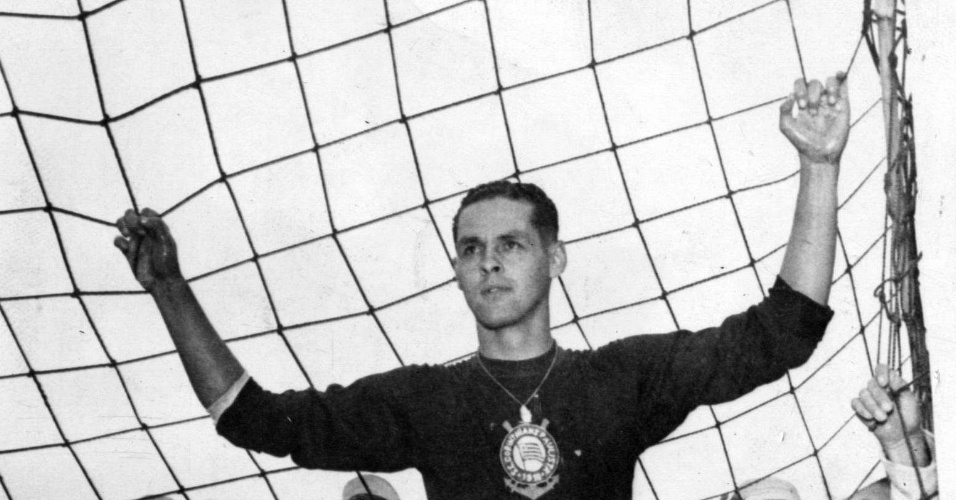 Goleiro do Corinthians, Gylmar dos Santos Neves, posa para foto