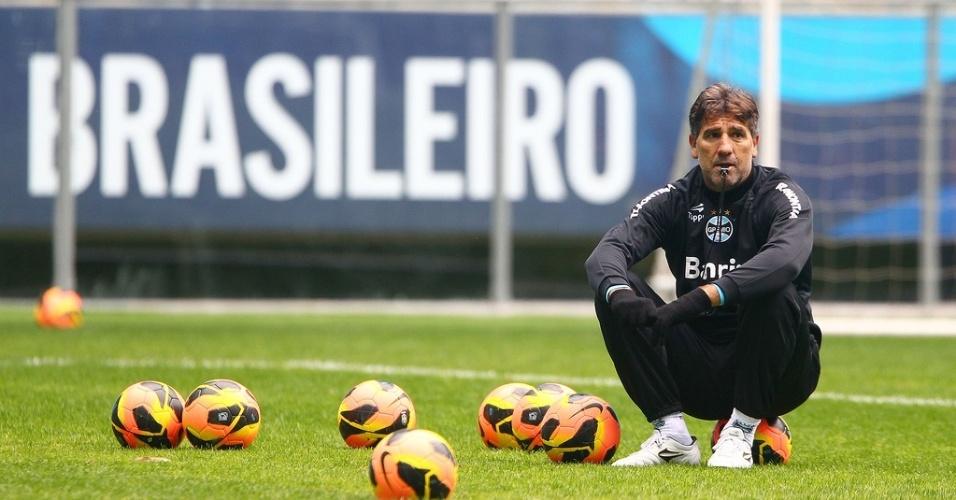 Técnico Renato Gaúcho sentado em uma bola e com a palavra Brasileiro ao fundo na Arena do Grêmio (arquivo)