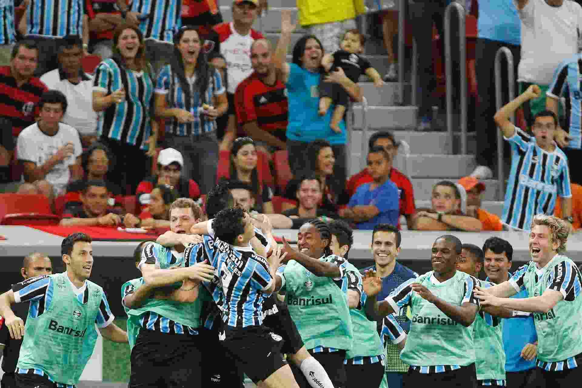 24.08.13 - Jogadores do Grêmio comemoram gol de Pará contra o Flamengo pelo Brasileirão - Adalberto Marques/AGIF