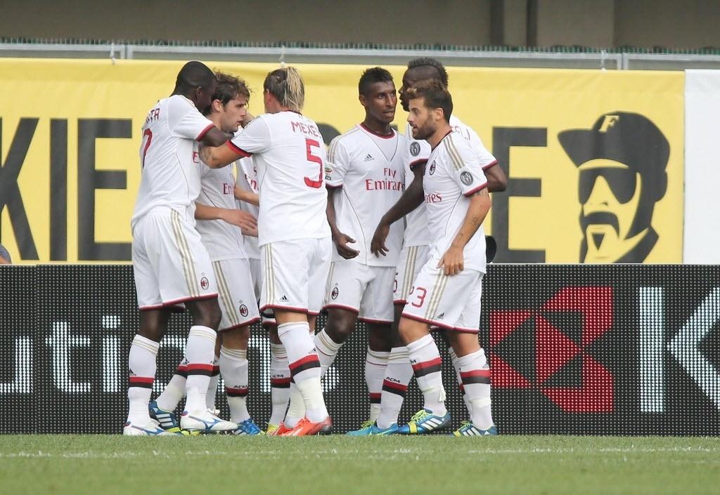 24.ago.2013 - Jogadores do Milan comemoram gol de Andrea Poli em partida contra o Verona pelo Campeonato Italiano