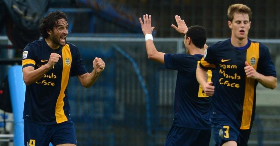 24.ago.2013 - Luca Toni comemora após marcar para o Verona contra o Milan pelo Campeonato Italiano