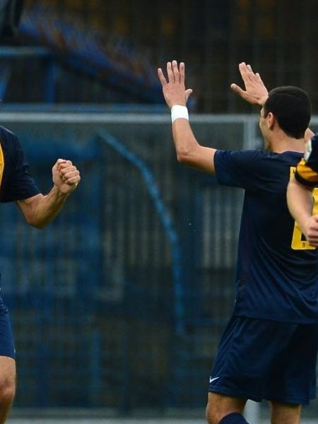 Luca Toni comemora após marcar para o Verona contra o Milan pelo Campeonato Italiano, em 2013 - AFP PHOTO / GIUSEPPE CACACE