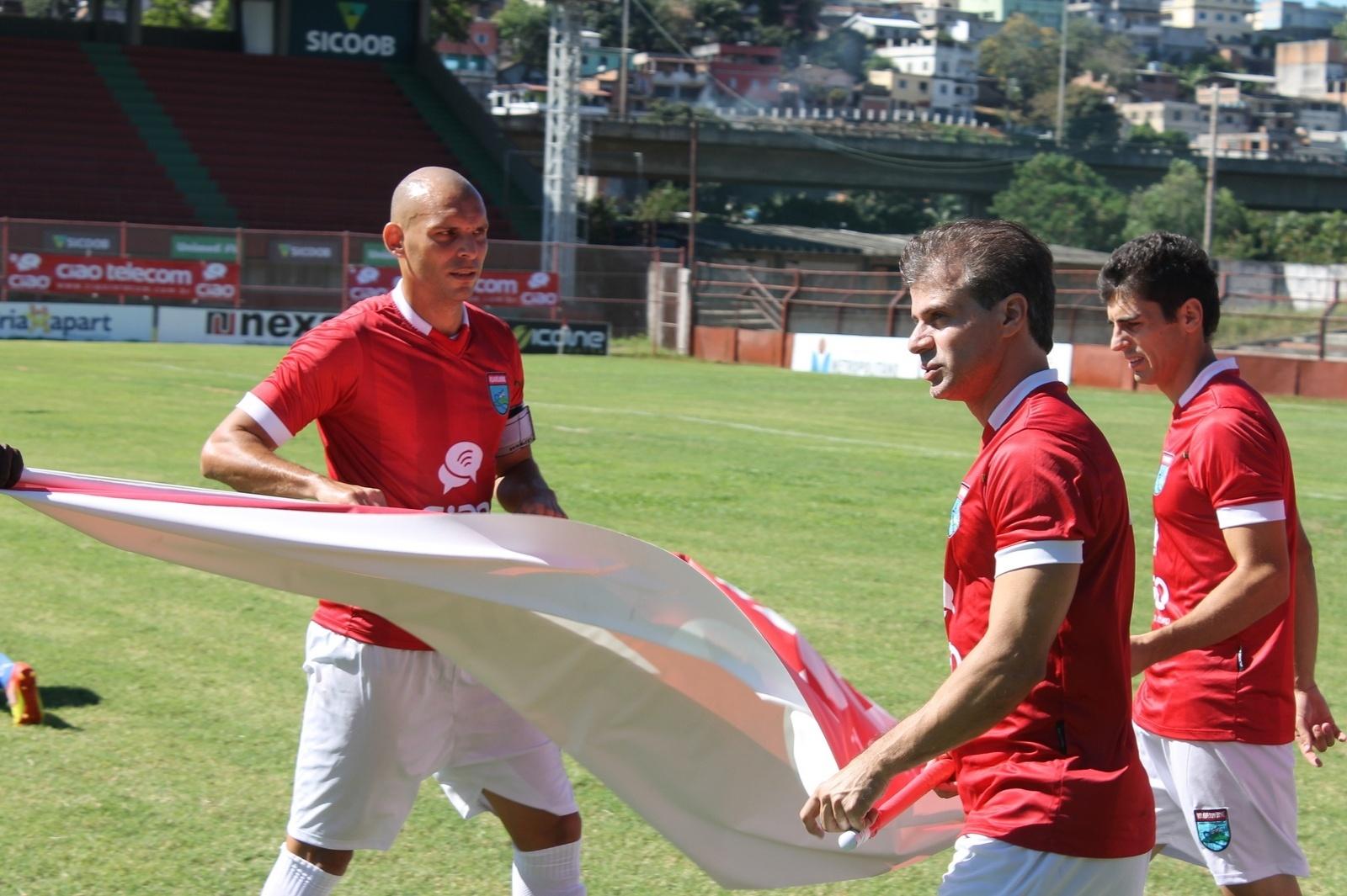 24.ago.2013 - Túlio Maravilha entra em campo pelo Vilavelhense no jogo em que anotou seu 999º gol