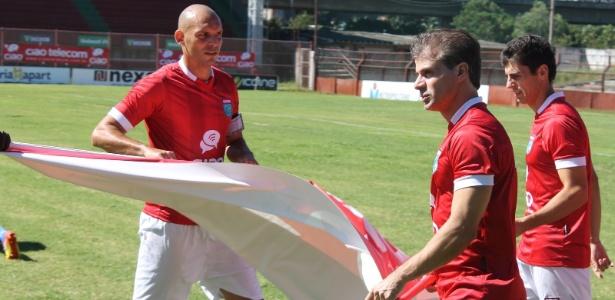 Túlio Maravilha entra em campo pelo Vilavelhense no jogo em que anotou seu 999º gol