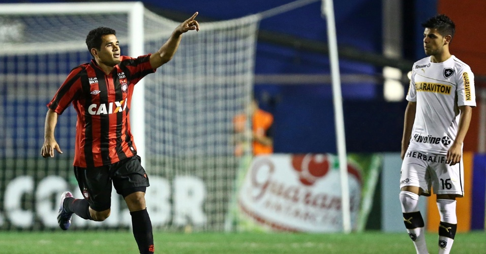 25.08.13 - Ederson comemora gol do Atlético-PR contra o Botafogo pelo Campeonato Brasileiro