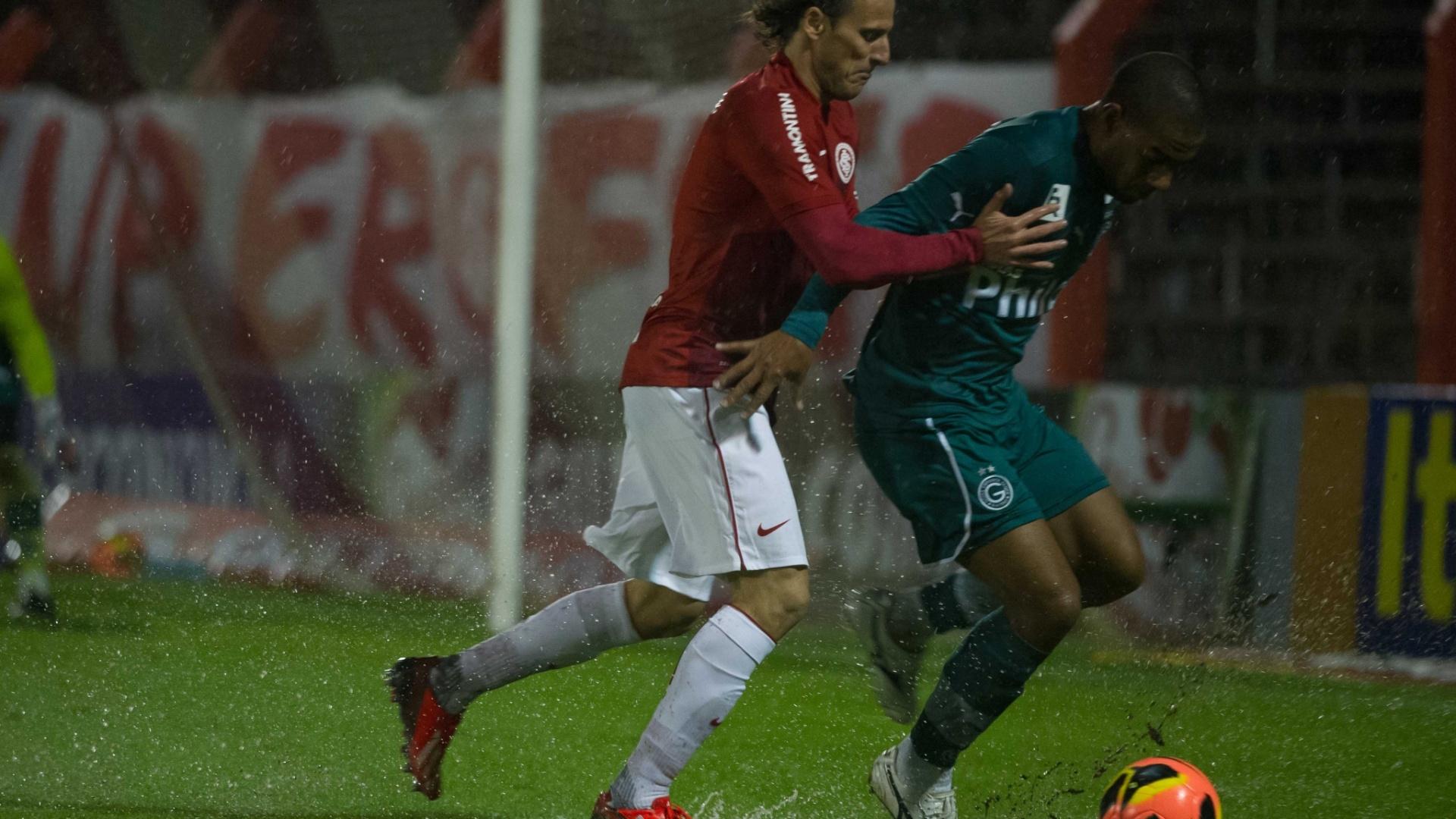 25.08.13 - Rodrigo, do Goiás, tenta proteger a bola enquanto Forlan tenta rouba-la pelo Brasileirão