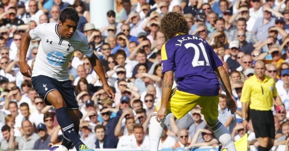 25.ago.2013 - Paulinho dribla Jose Cañas na partida entre Tottenham e Swansea City pelo Campeonato Inglês