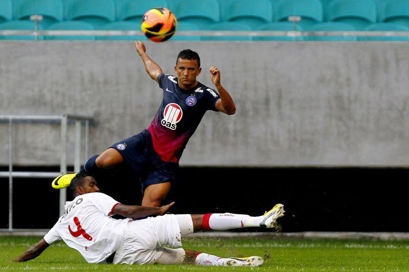 25.ago.2013 - Raul, lateral esquerdo do Bahia, divide a bola com João Filipe, zagueiro do Náutico