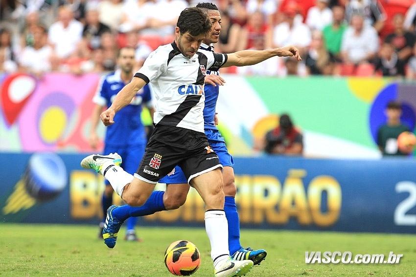 25.ago.2013 Juninho, do Vasco, tenta o chute diante da marcação de Ralf, do Corinthians
