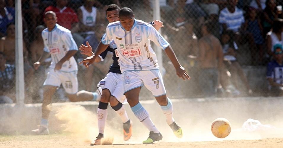 Danubio (branco) empatou por 1 a 1 com Vila Izabel (azul)