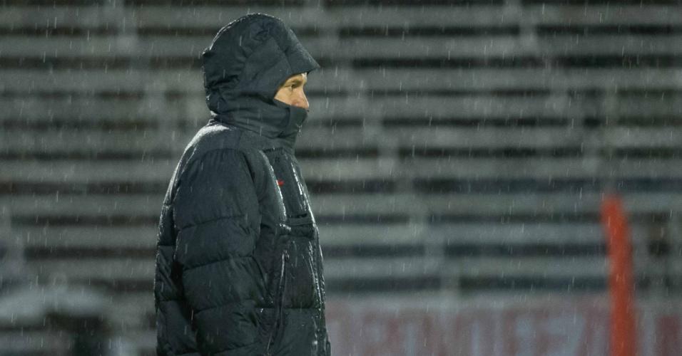 Dunga observa Inter e Goiás, debaixo de muita chuva, no estádio do Vale (25/08/13)