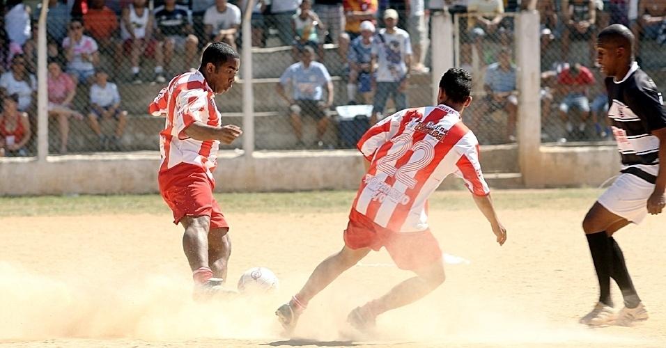Estrela (vermelho) bateu o Corinthians (preto) por 1 a 0 no Campo do Caju