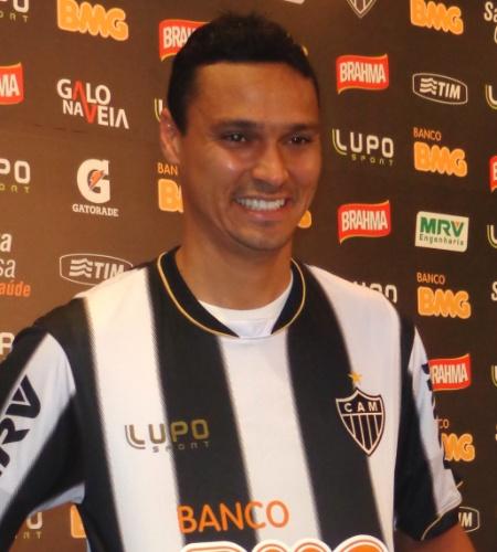 26 ago 2013 - Zagueiro Emerson veste a camisa do Atlético-MG durante sua apresentação oficial na Cidade do Galo