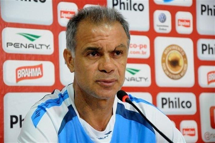 O técnico Jorginho concede entrevista após um treino do Náutico