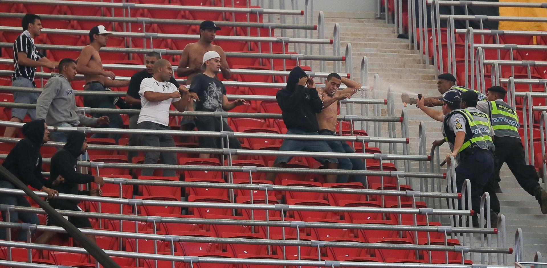 25.ago.2013 - Torcedores do Corinthians enfrentam policiais no estádio Mané Garrincha