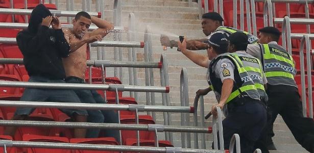 Um dos presos em Oruro, Leandro Silva de Oliveira (sem camisa) brigou com policiais em Brasília