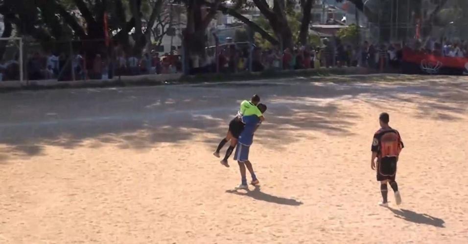 Atacante Digão, do Nápoli, levanta a árbitra  Regildenia Holanda de Moura ao comemorar um gol. O lance foi anulado