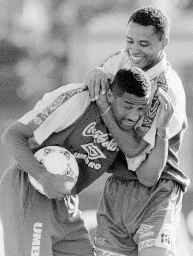Ex-Corinthians, Viola e Paulo Sérgio brincam durante um treino