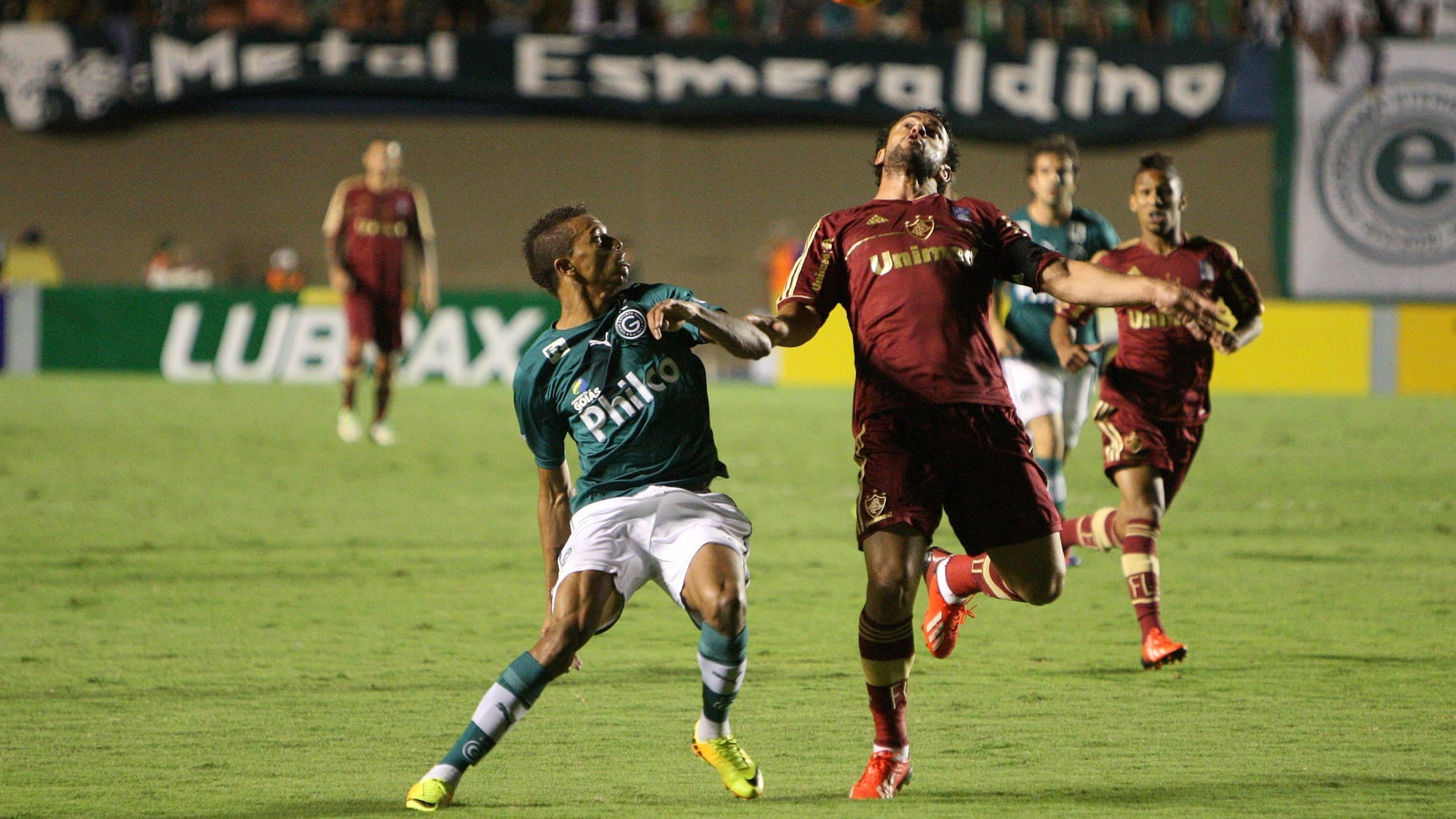 24 ago 2013 - William Matheus disputa uma bola com Fred durante Goiás x Fluminense