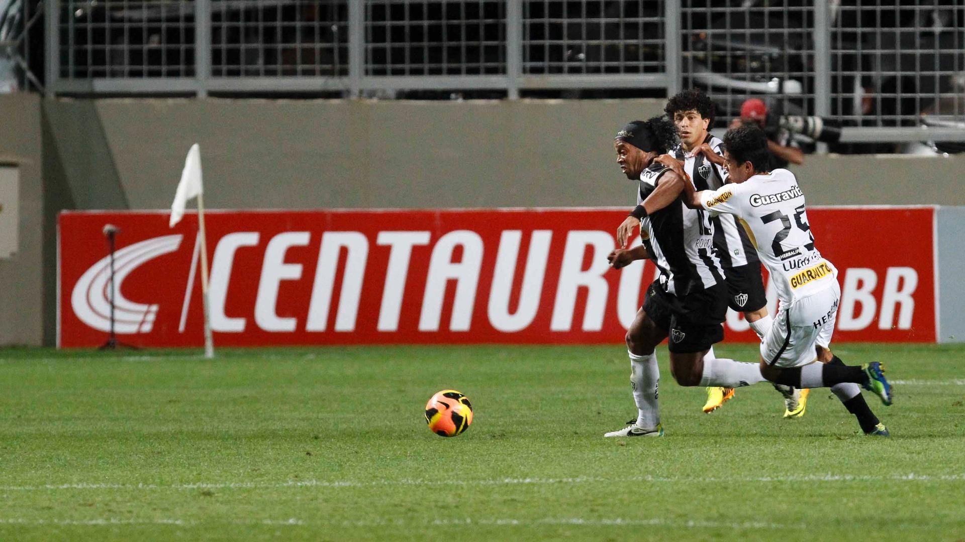 28 ago 2013 - Ronaldinho Gaúcho tenta arrancada no jogo do Atlético-MG contra o Botafogo, no Independência