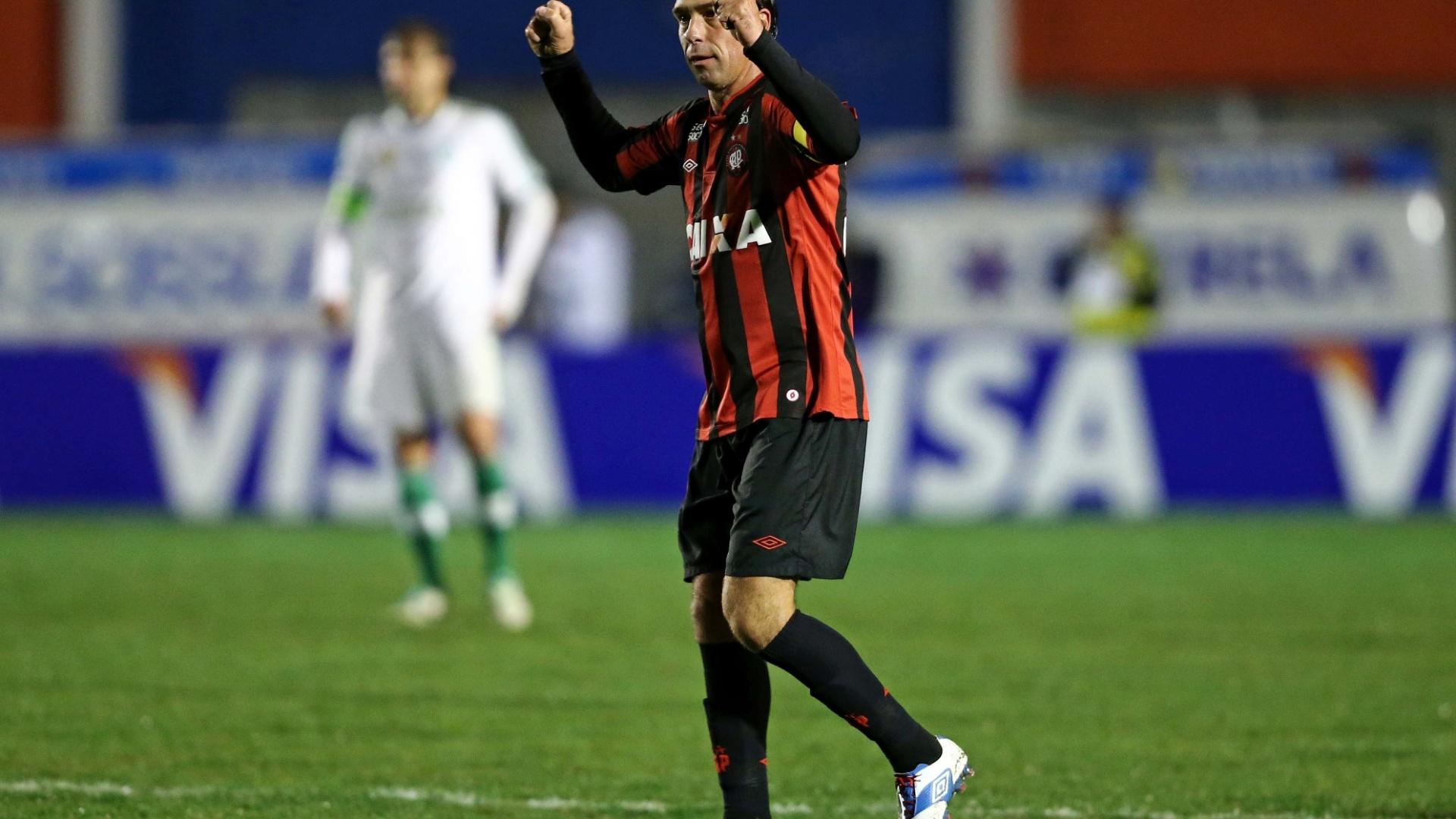 28.08.13 - Paulo Baier comemora gol do Atlético-PR contra o Palmeiras pela Copa do Brasil